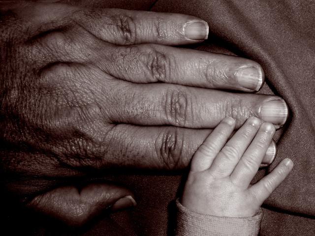 manos-abuelo-y-nieto